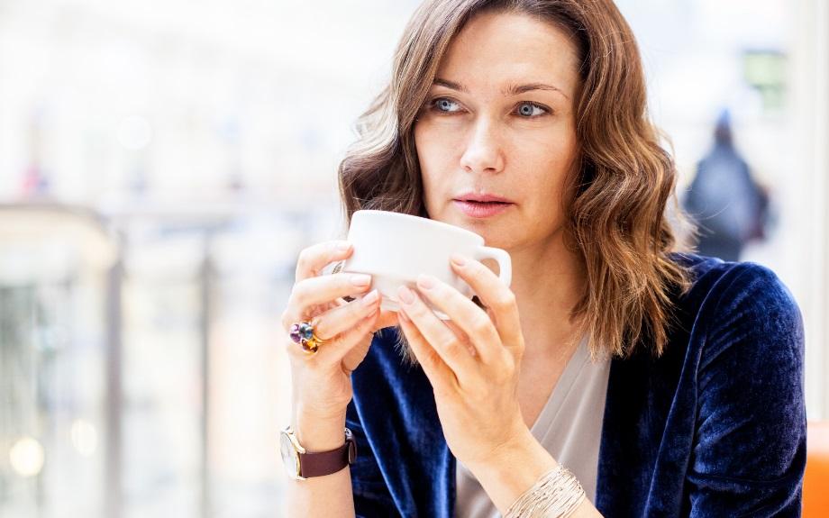 Femme buvant son café