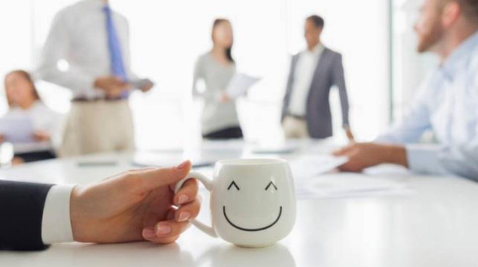 Bureau et tasse blanche avec un smiley
