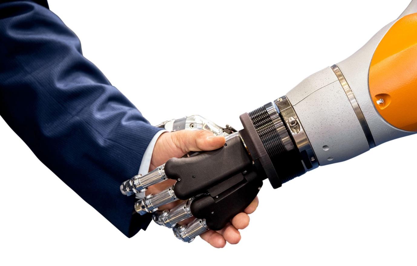 Un homme et un robot se serrant la main