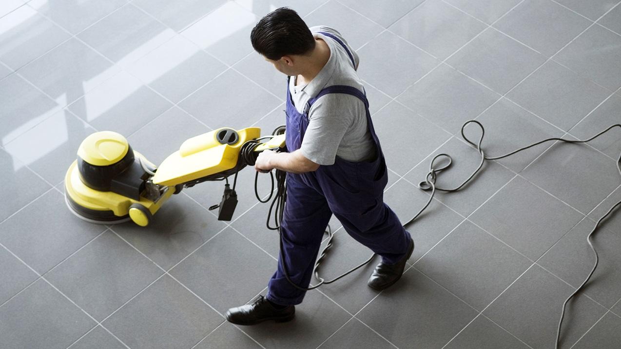 Homme qui nettoie le sol
