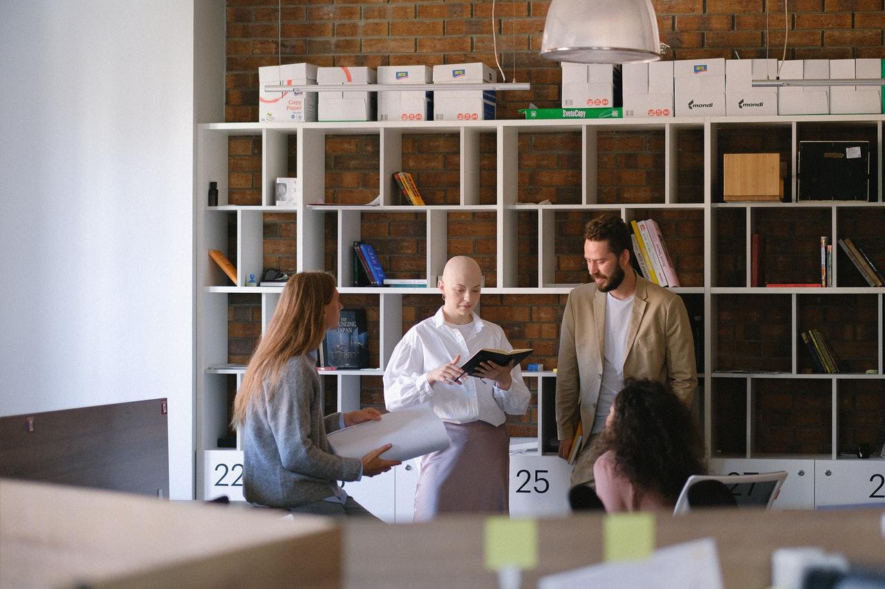 employés en réunion dans salle de détente dans bonnes conditions de travail