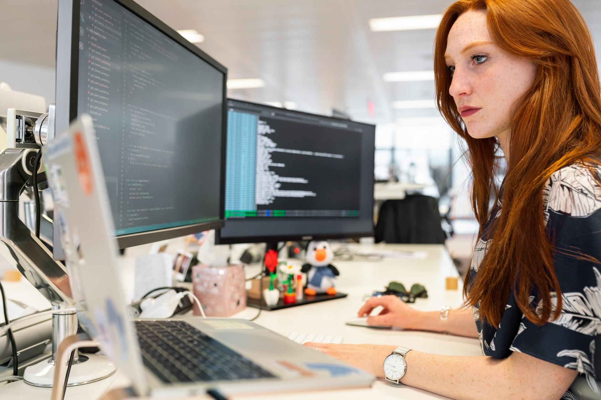 femme à son bureau aménagé bonne ergonomie