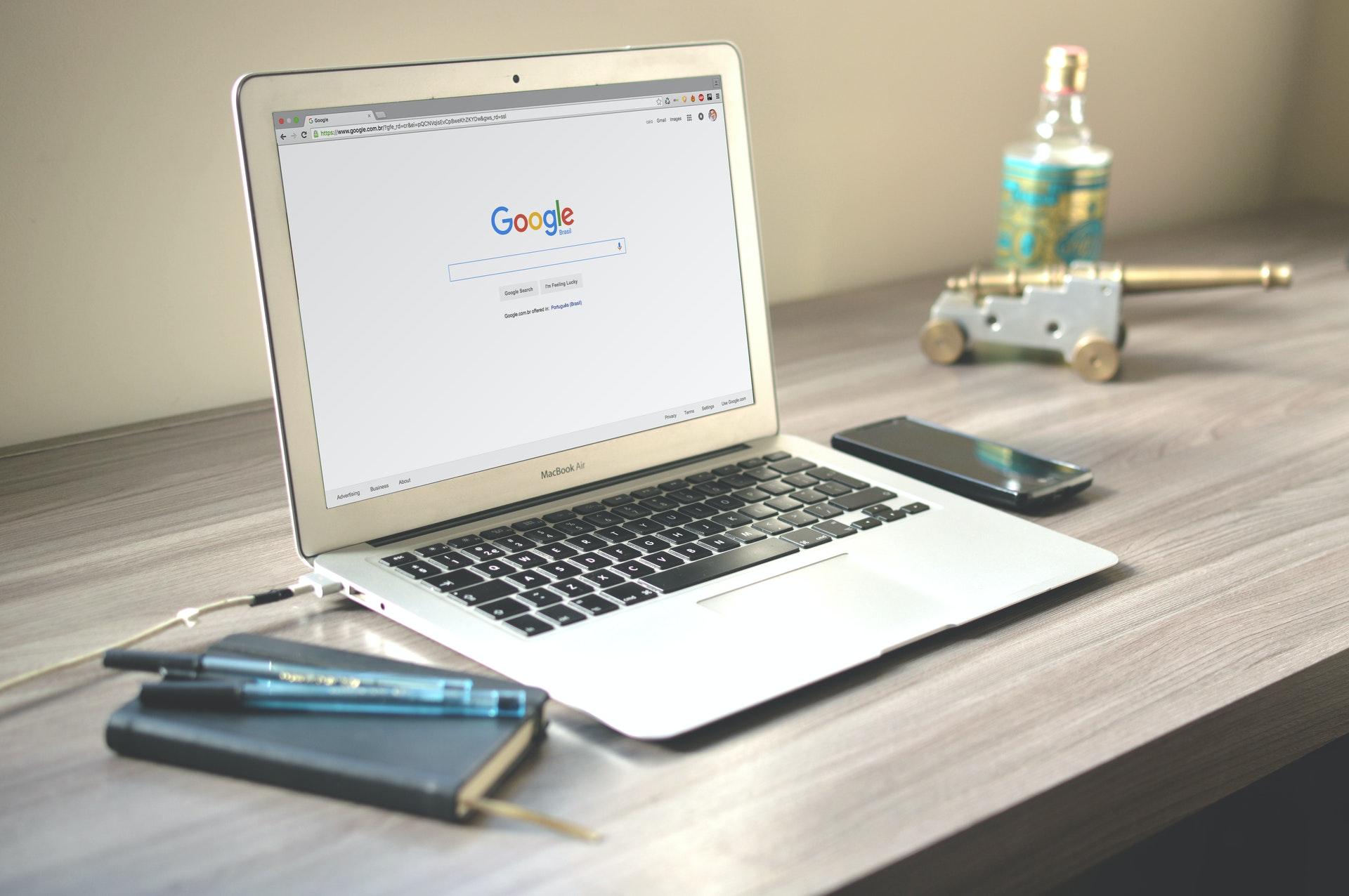 macbook air sur bureau onglet google ouvert SEO à réfléchir